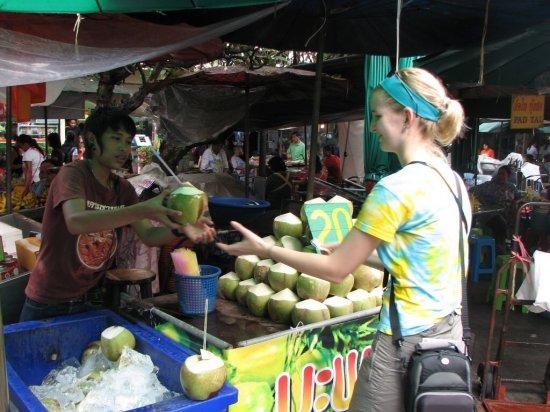 Anča kupuje kokosový ořech - na pití