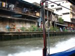 Na městských lodích si cestující mohou sami vytáhnout igelit, když na ně stříká voda