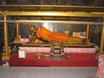 Ležící Budha v jeskynním chrámu