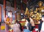 Mnich ve svatyni promlouvá k příchozím