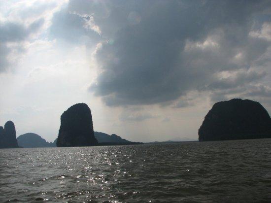 Skalnaté ostrovy v zálivu